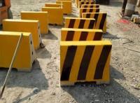 混凝土隔离墩模具-高速隔离墩模具-振通模具